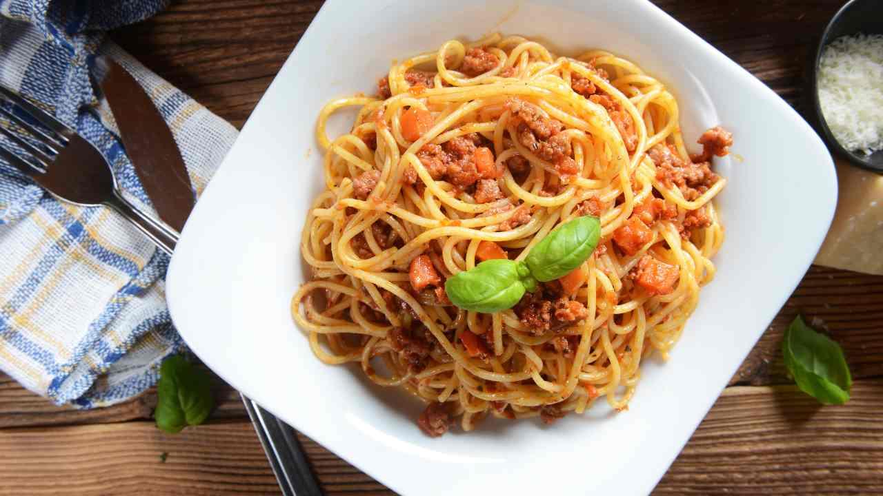Pasta al ragù di salsiccia, pomodorini e pecorino