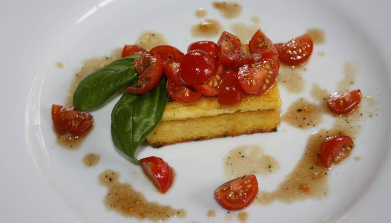 crostino polenta pomodori basilico