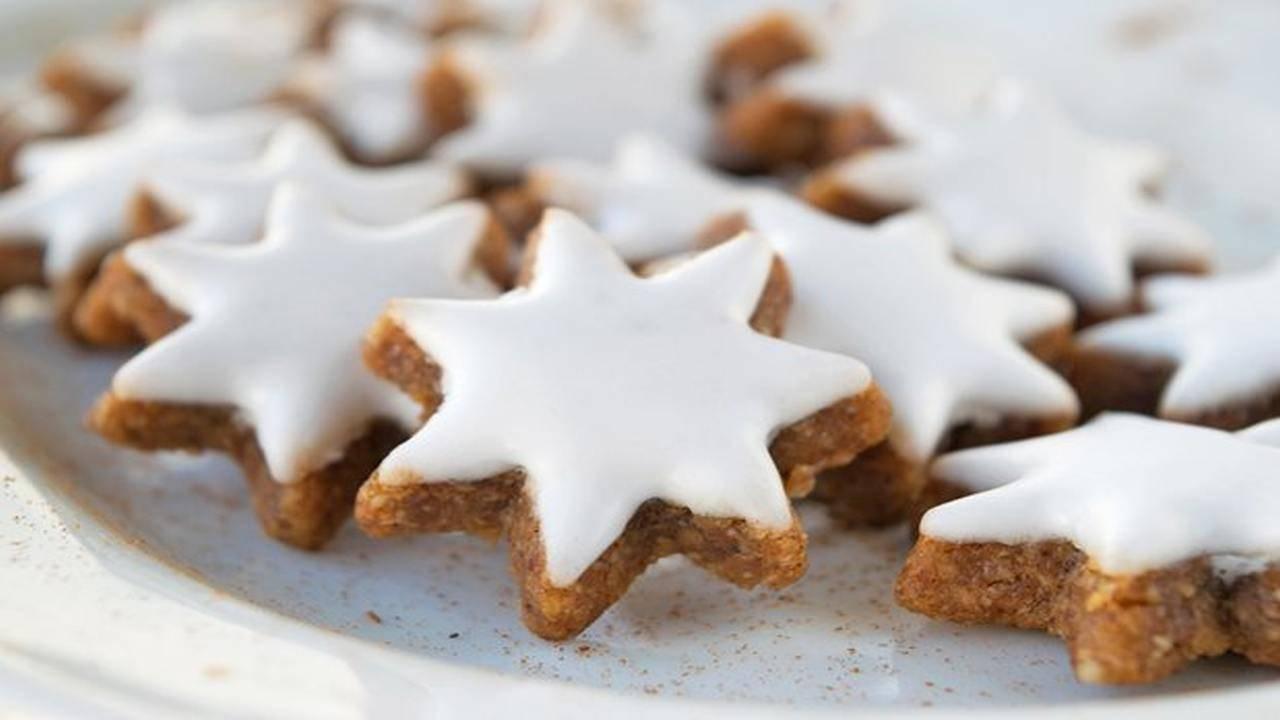 Biscotti Di Natale Zimtsterne.Zimtsterne Svizzeri I Dolcetti Alla Cannella E Glassati
