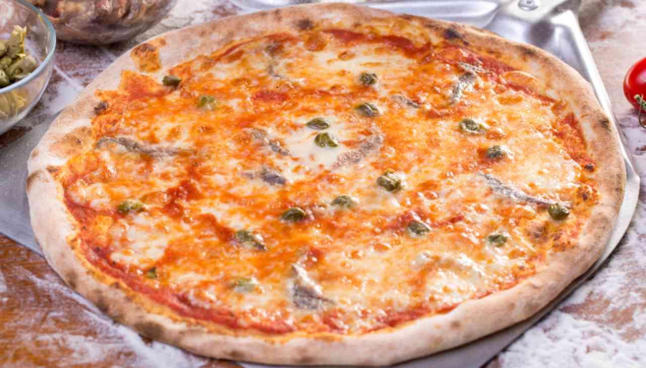Pizza al fiordilatte con acciughe e capperi ricetta