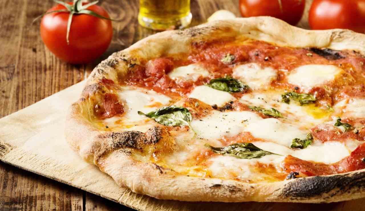 Pizza fatta in casa ricetta perfetta come in pizzeria ricettasprint