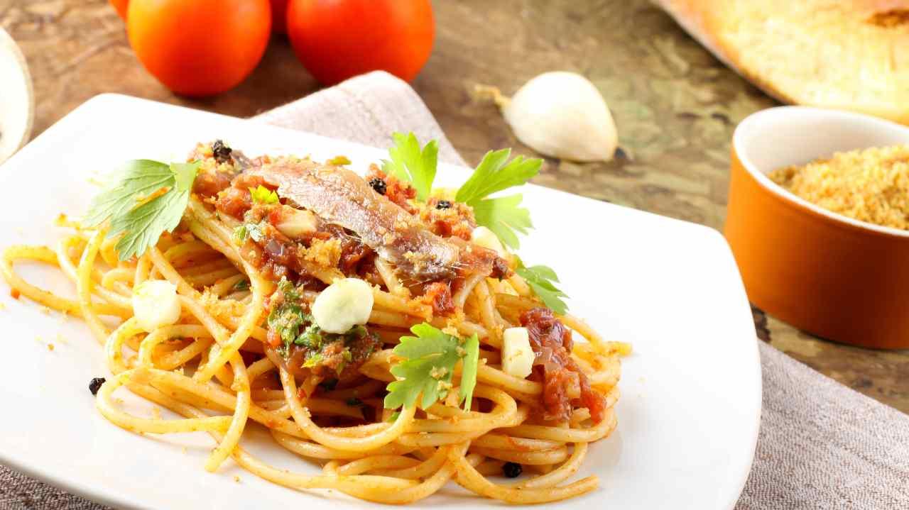 Spaghetti al pangrattato con alici e pomodori secchi