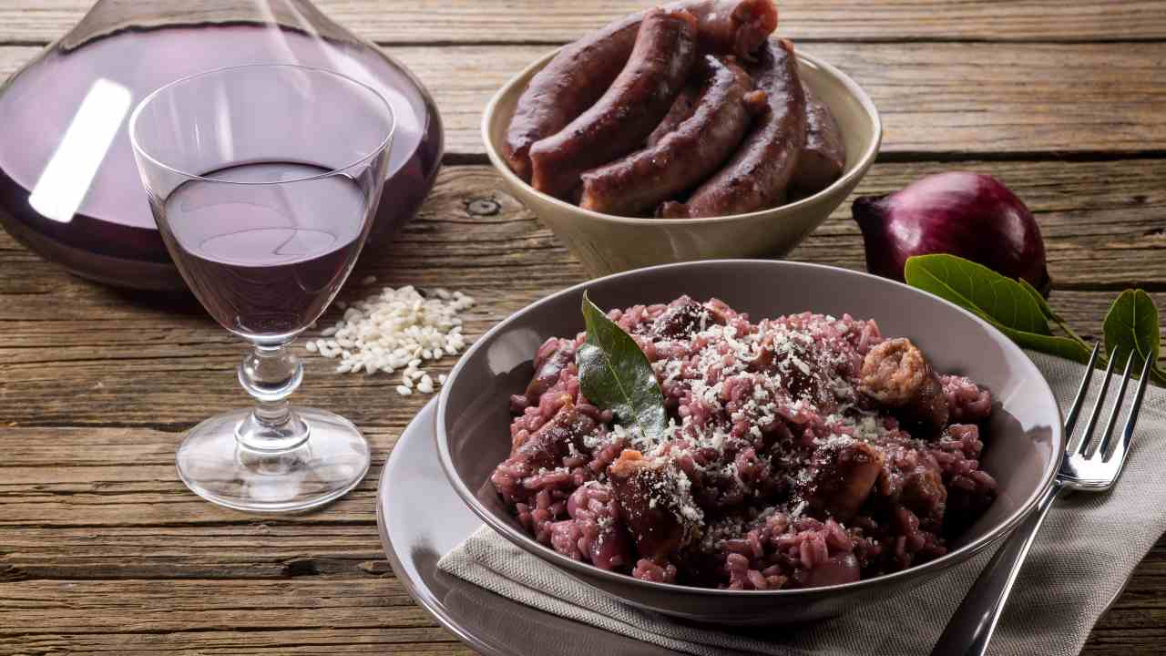 Risotto al vino rosso con castagne e salsiccia