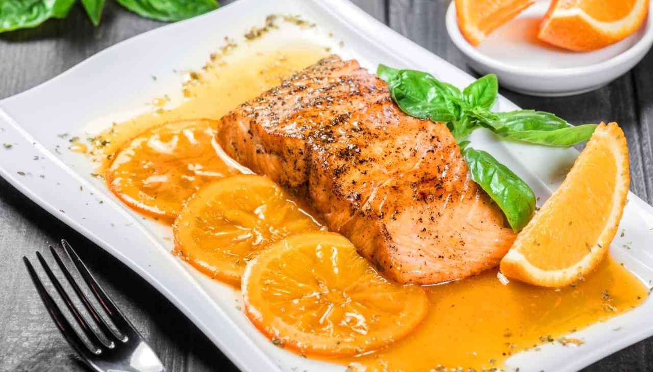 Filetti di salmone con salsa arancia e miele ricetta