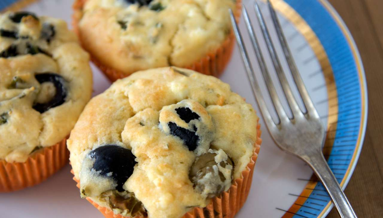 Muffin al formaggio spalmabile e olive ricetta