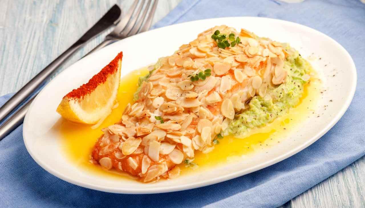 Salmone croccante con mandorle e limone ricetta