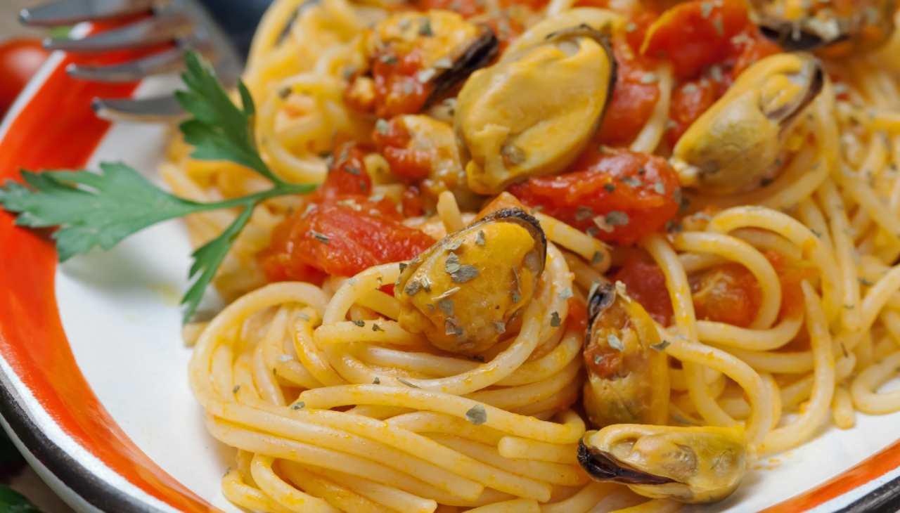 Spaghetti con cozze pomodorini e salsa di pane ricetta