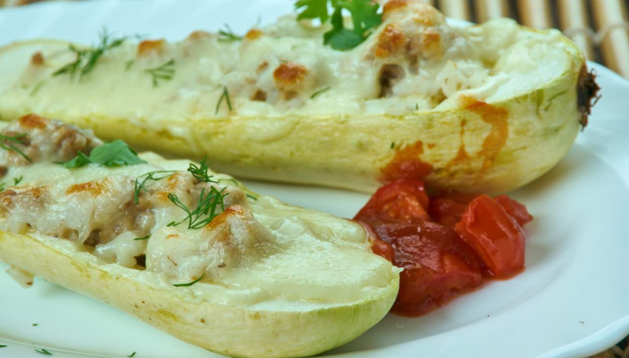 Zucchine ripiene con mozzarella gratinate al forno ricetta