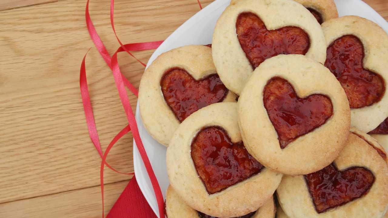 Biscotti di pasta brisé a forma di cuore