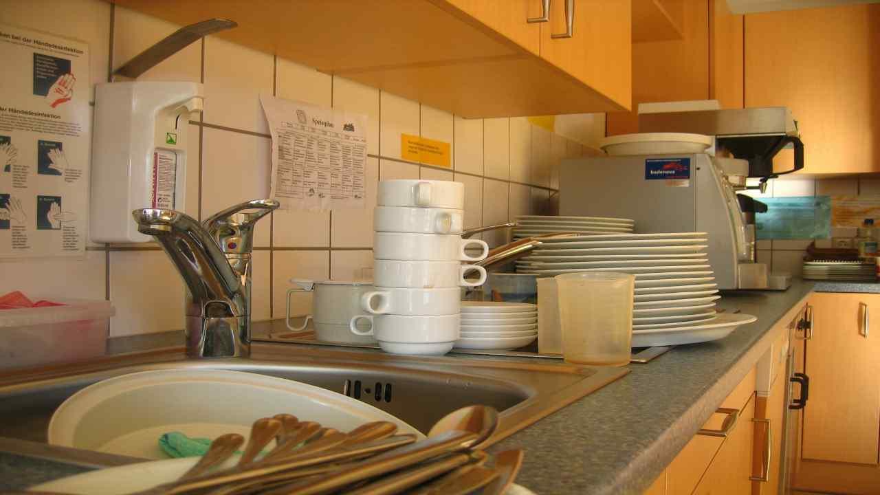come lavare i piatti senza detersivo