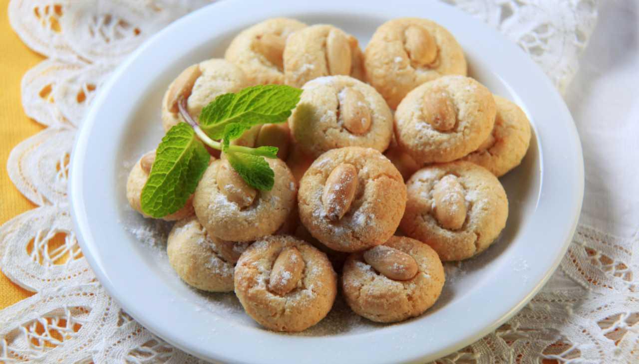 Biscotti al vino passito e mandorle ricetta