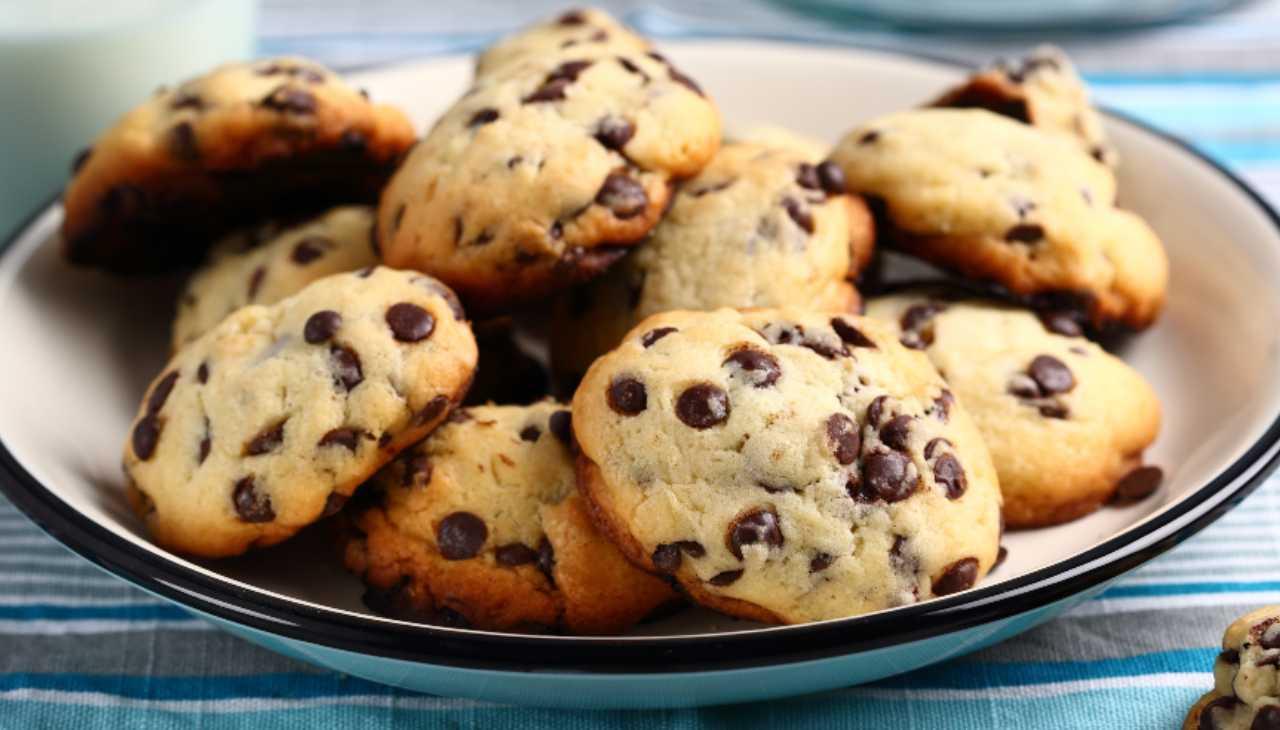 Biscotti albumi e gocce di cioccolato ricetta