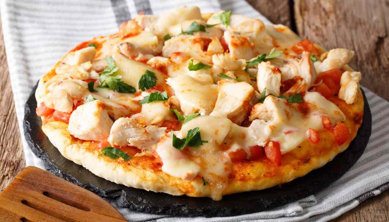 Pizza pomodoro mozzarella e pollo ricetta
