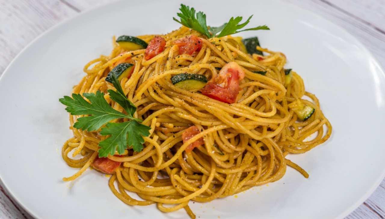 Pasta con zucchine e pomodorini ricetta