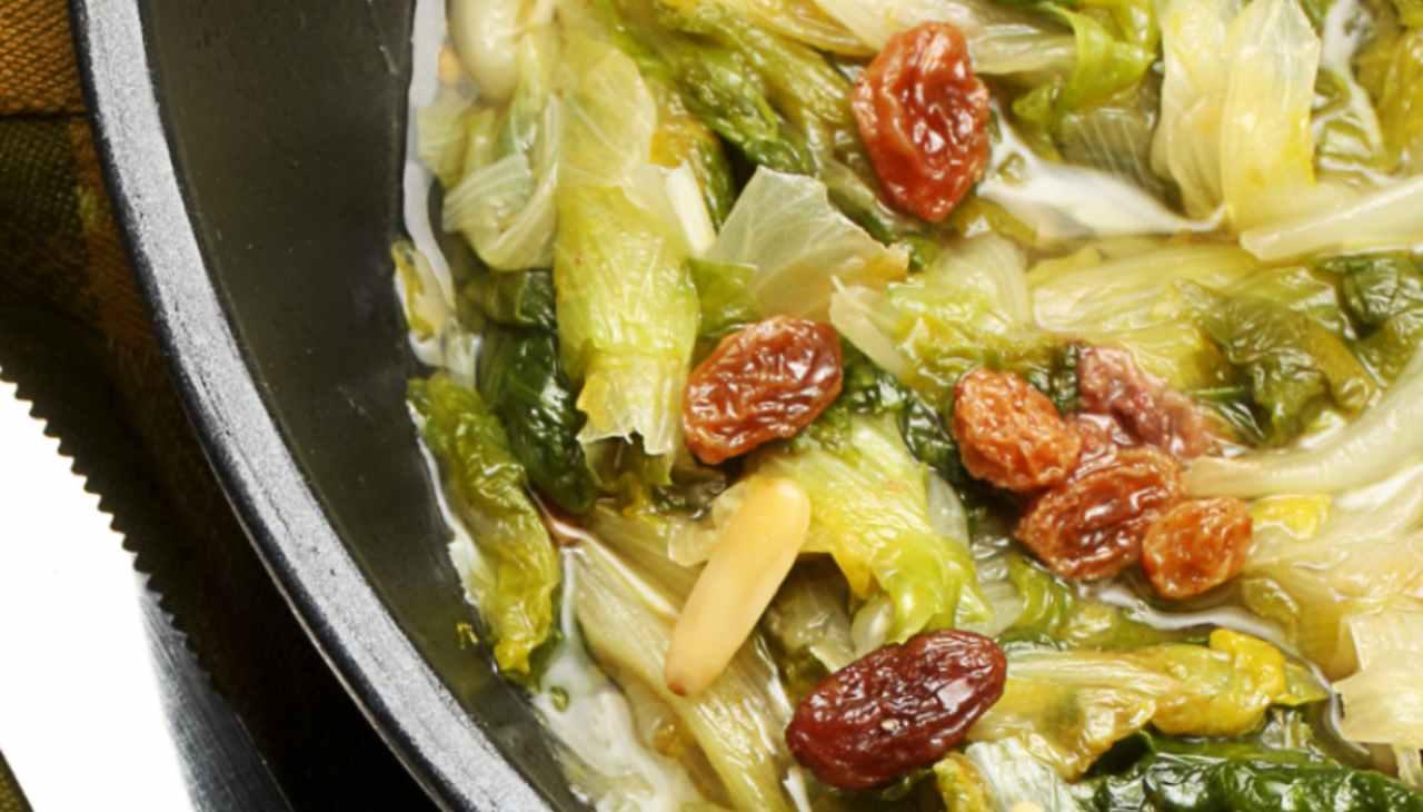 Scarola stufata con olive e pinoli ricetta