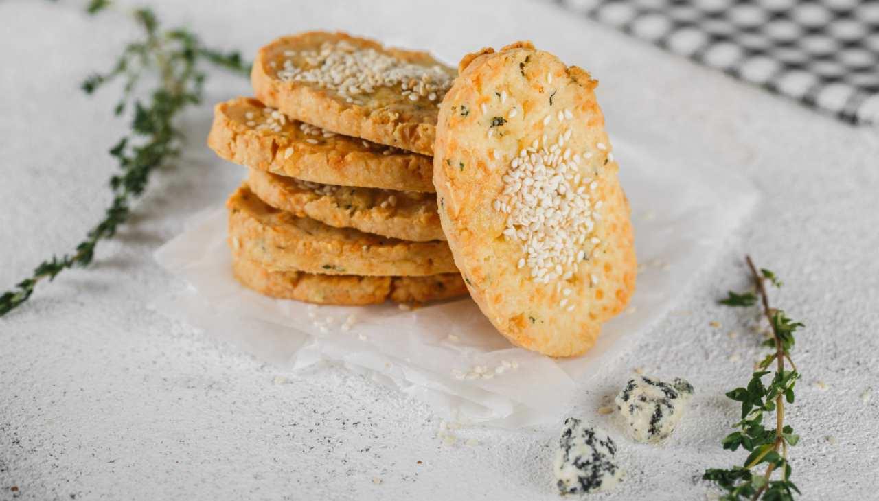 Biscotti salati con groviera parmigiano e semi di sesamo ricetta