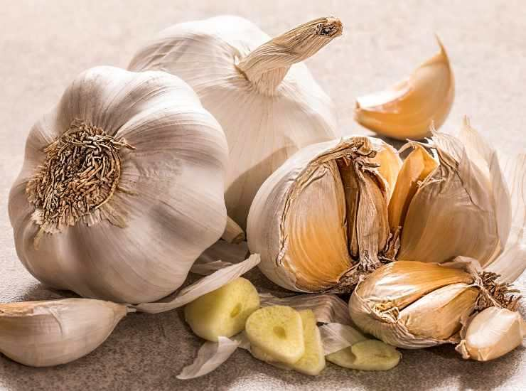 Carciofi e patate all'aglio al forno ricetta