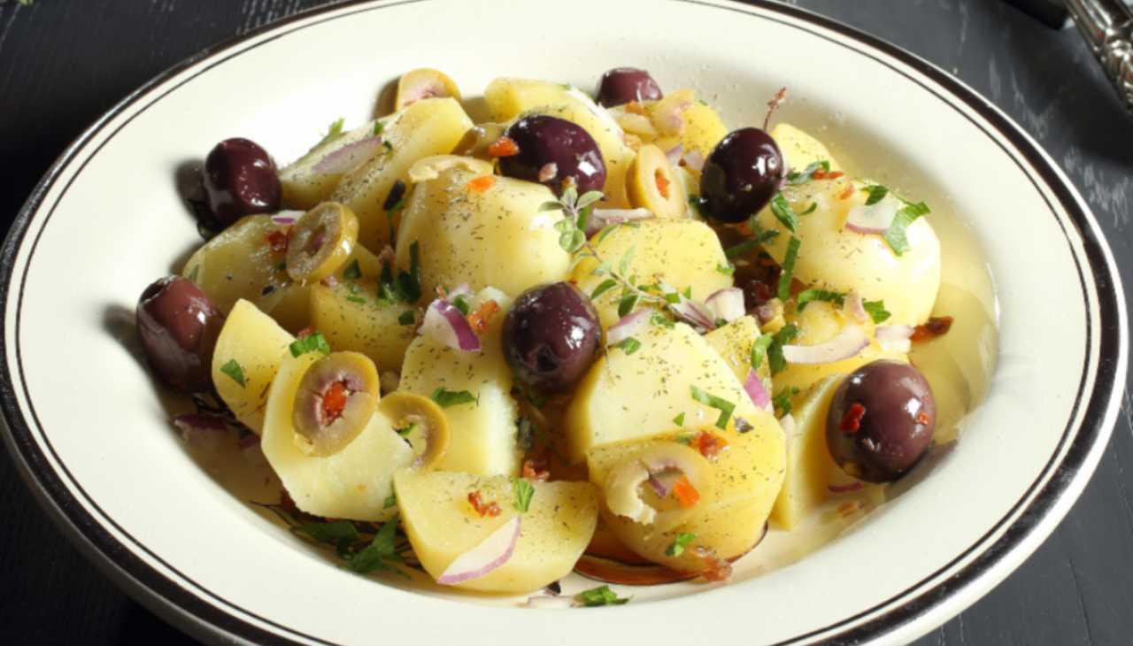 Insalata di patate con cipolle rosse e olive ricetta