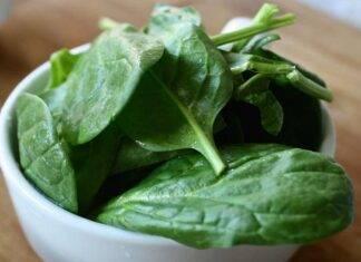 Lavare verdure a foglia verde