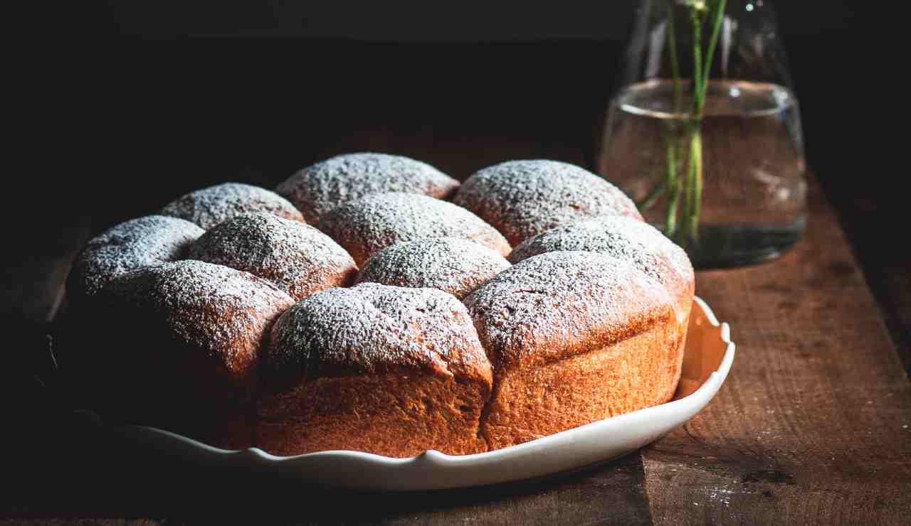 Pan brioche con marmellata e frutta secca