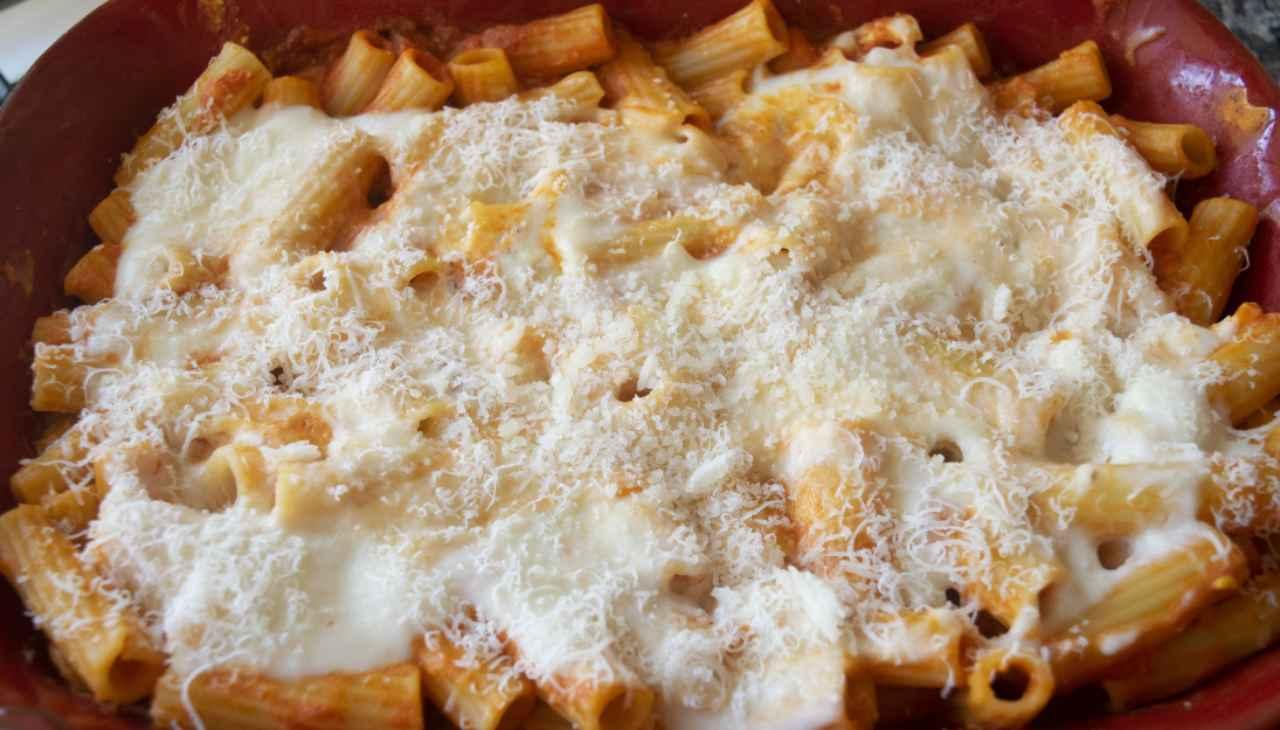 Pasta formaggio carne e pomodoro