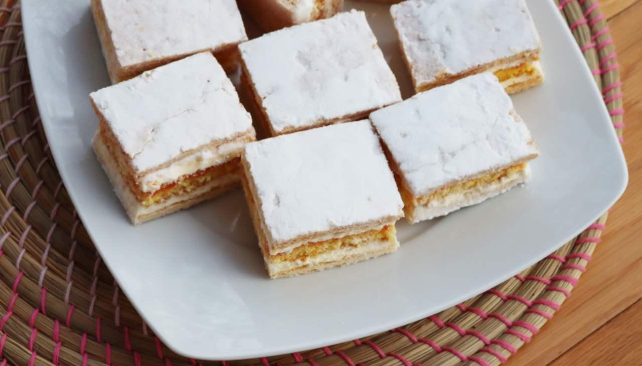 Dessert sfoglia, pan di Spagna e frutta