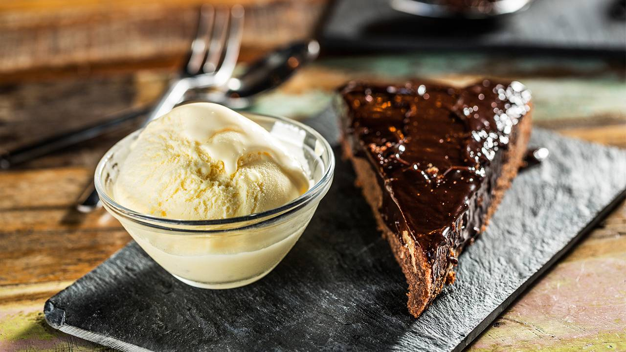 Cake al cioccolato e biscotti secchi