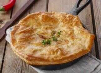 Torta salata in padella con piselli pancetta e scamorza ricetta