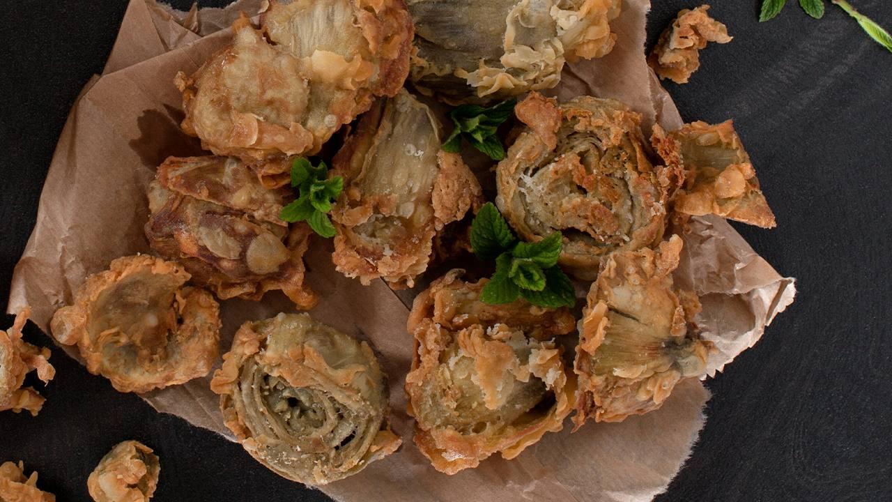 Carciofi fritti con menta e crosta di parmigiano