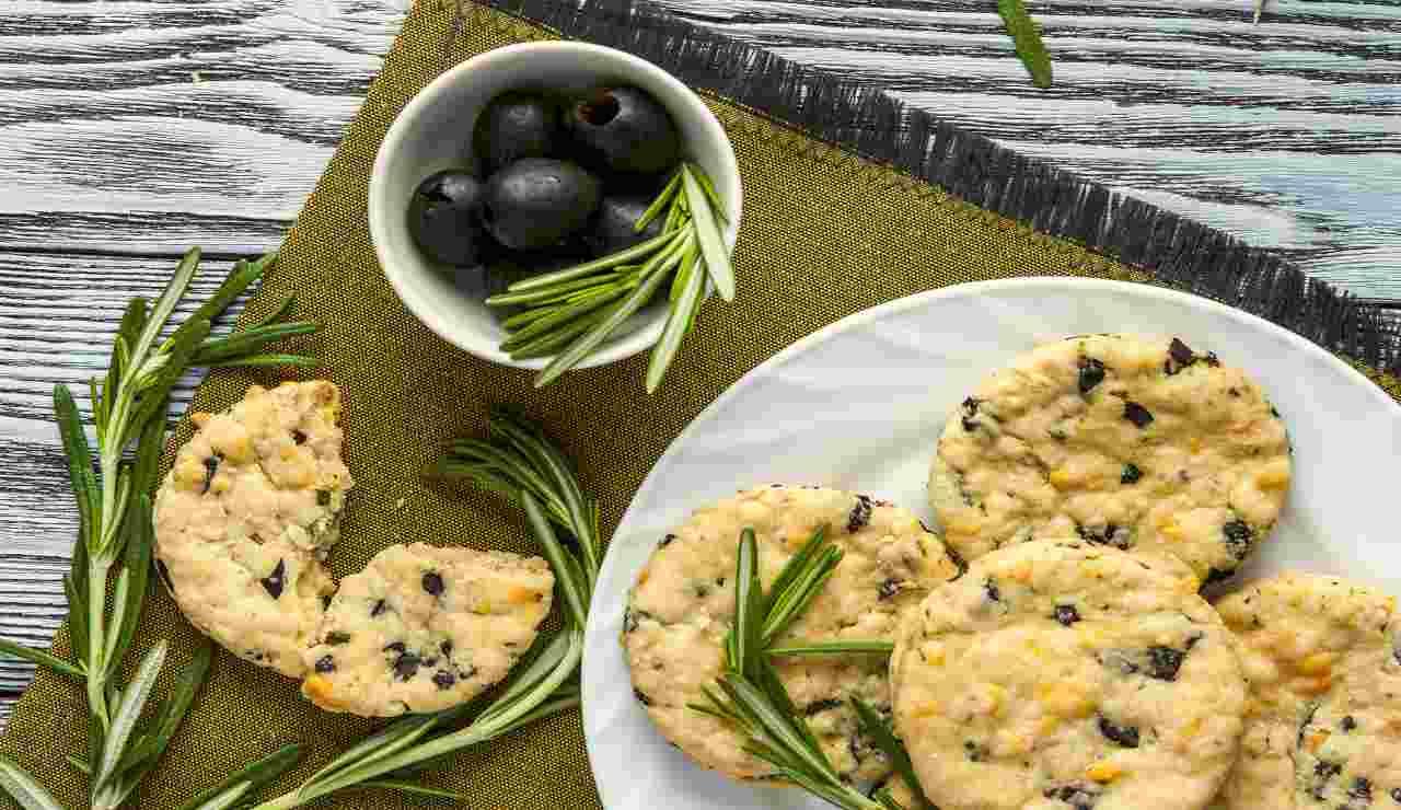Biscotti per antipasti olive e rosmarino