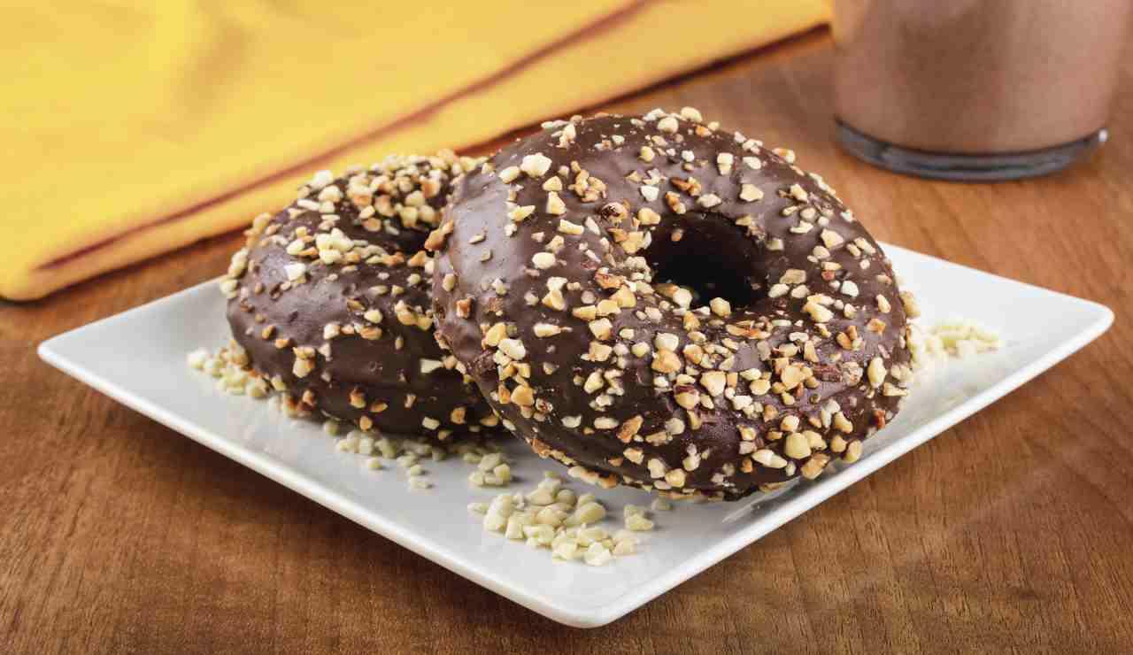 Ciambelline vanigliate al cacao ricoperte al cioccolato