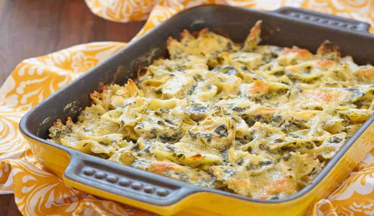 Farfalle al forno con pesto di zucchine ricotta e pancetta