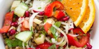 Piatto unico di verdure e formaggio vegan