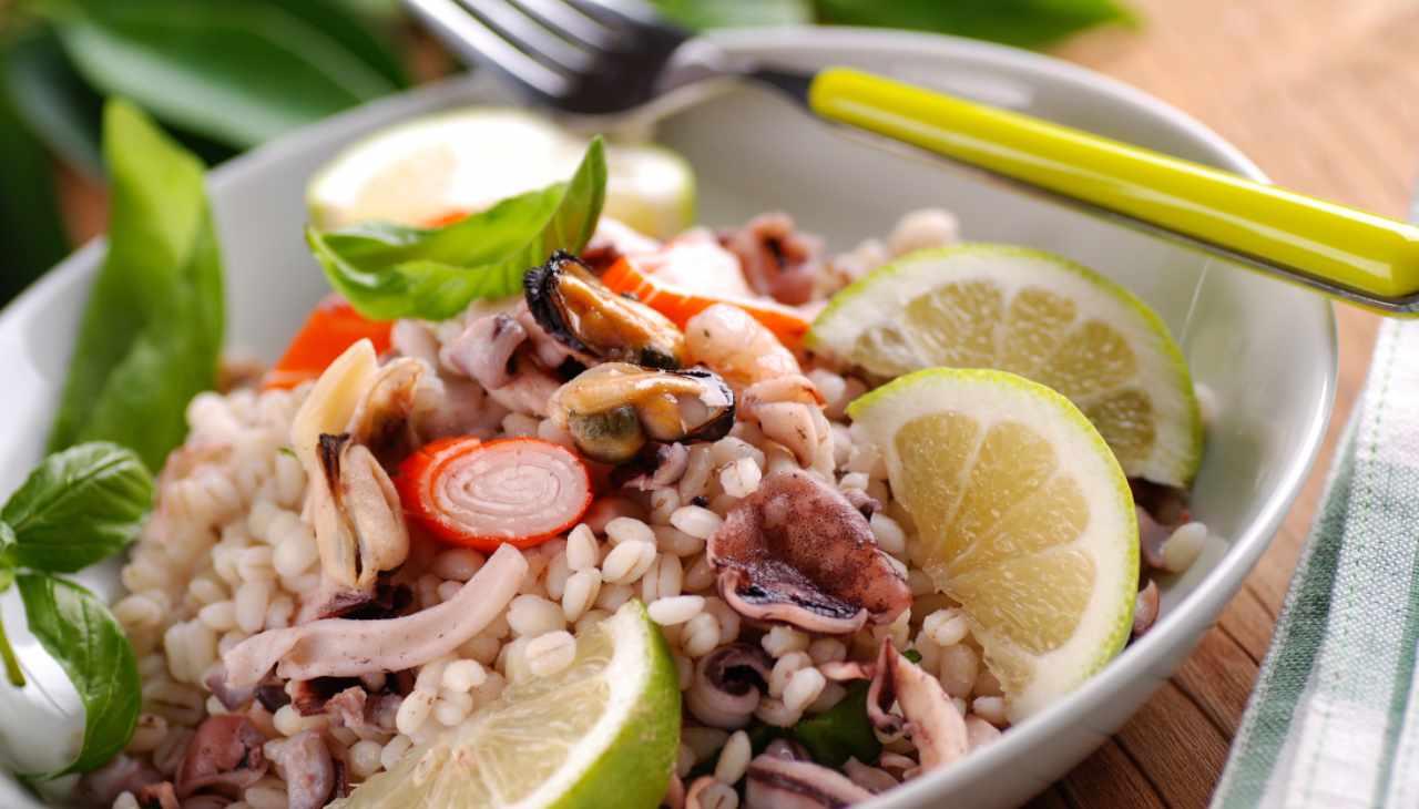 Piatto unico con pesce e verdure