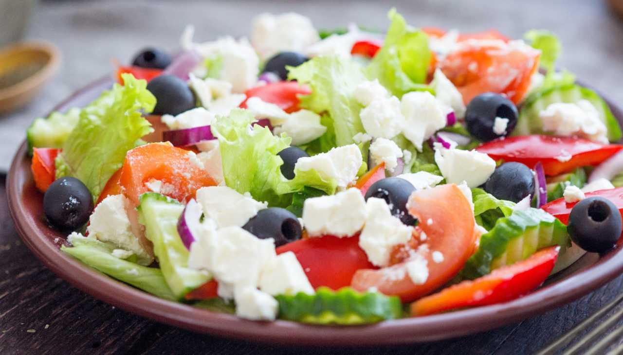 Insalatona formaggio, verdure e olive