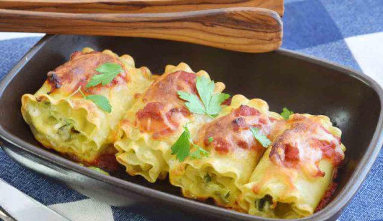 Nidi di lasagne di funghi zucchine e mozzarella