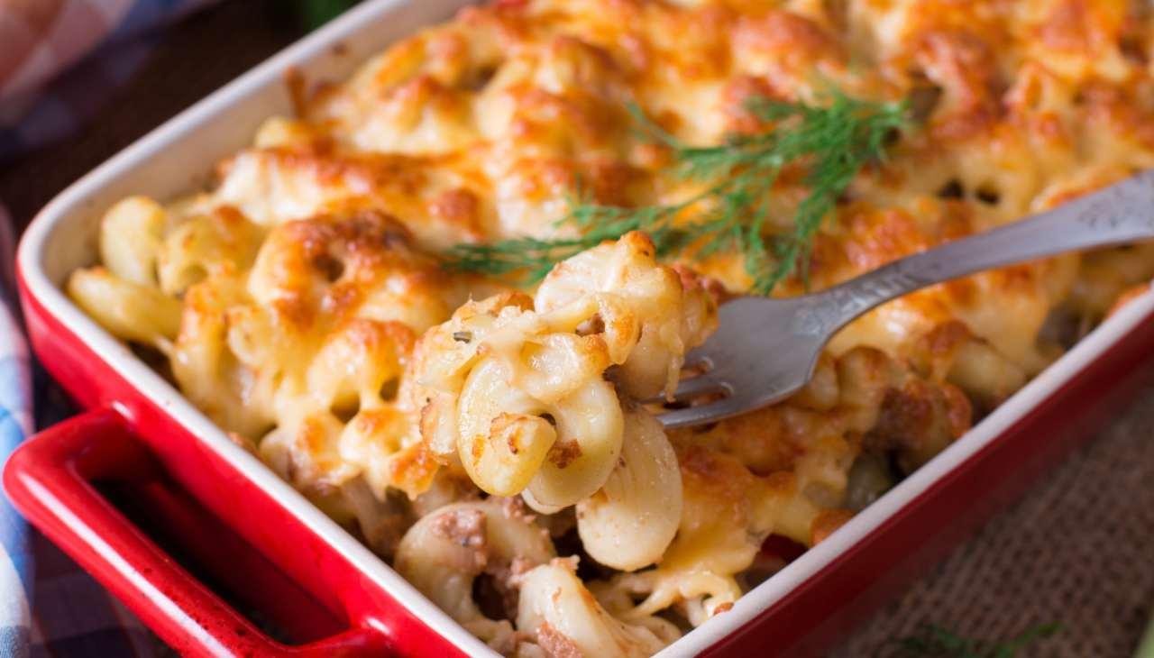 Pasta al forno con besciamella di asparagi e carne ricetta