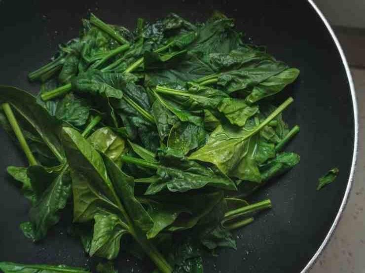 Pasta con pesto e spinaci
