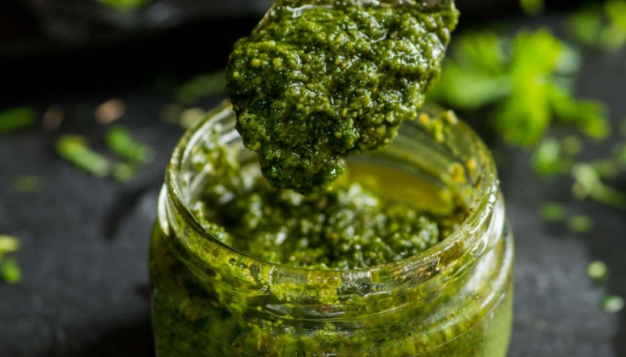 Condimento di frutta secca e erba selvatica