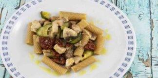 Rigatoni con zucchine menta pomodori secchi e tonno