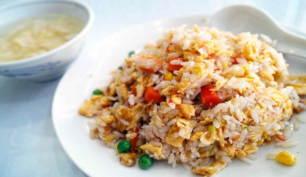 Riso cantonese con straccetti di pollo fritto e verdure