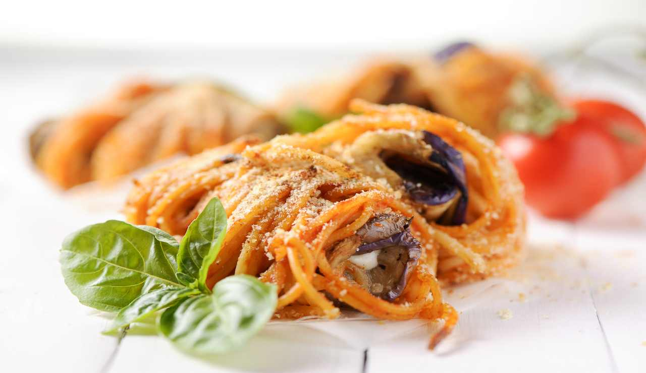 Rotoli di spaghetti al pomodoro con caciotta e melenzane