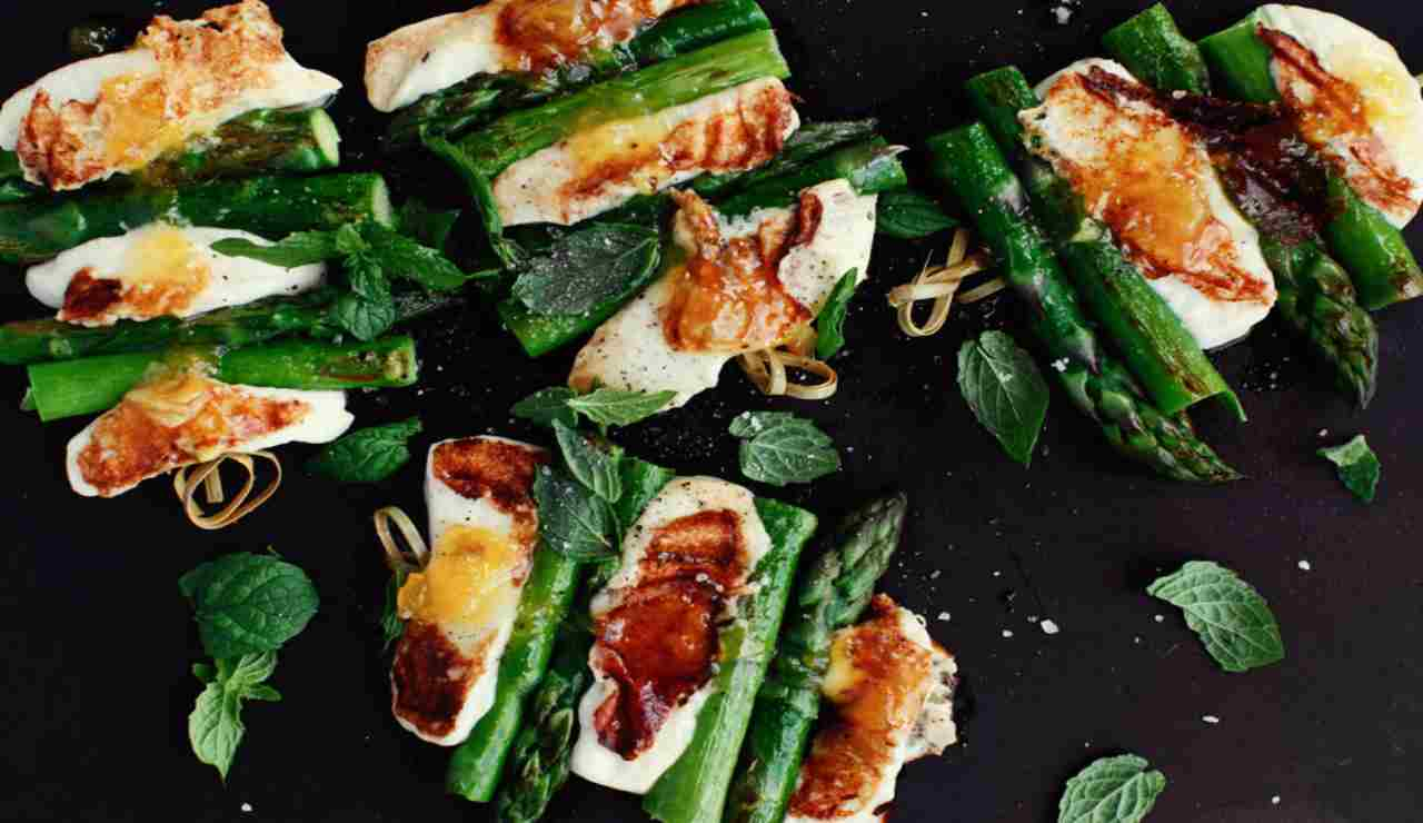 Spiedini vegani aromatizzati con asparagi e tofu