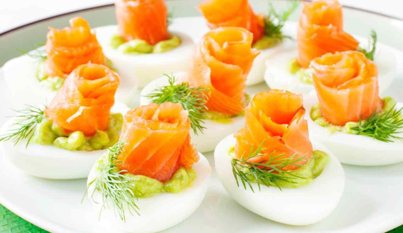 Uova farcite di pesto di asparagi e salmone