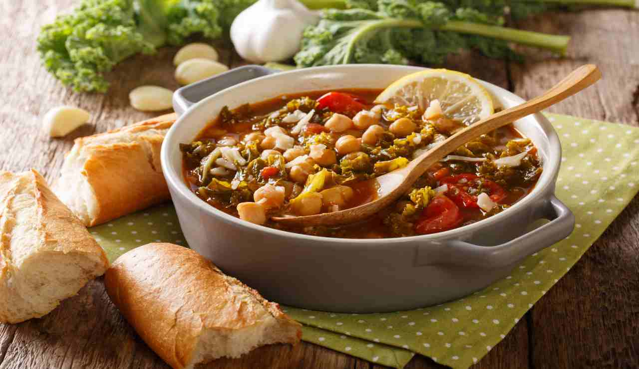 Zuppa di cavolo ceci e pomodorini