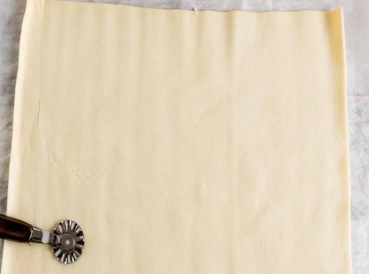 srotolare il rotolo di pasta sfoglia