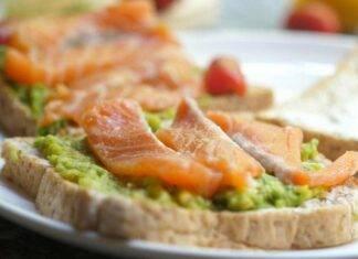 Avocado toast al salmone ricetta