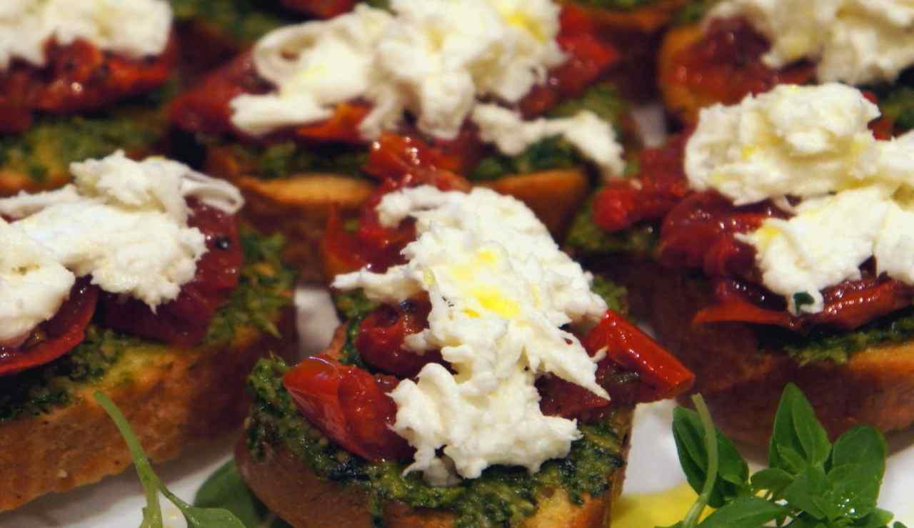 Bruschette crema di broccoli pomodori secchi e stracciatella