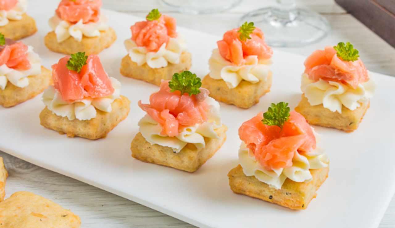 Canapé di patate con salmone affumicato e mousse di ricotta