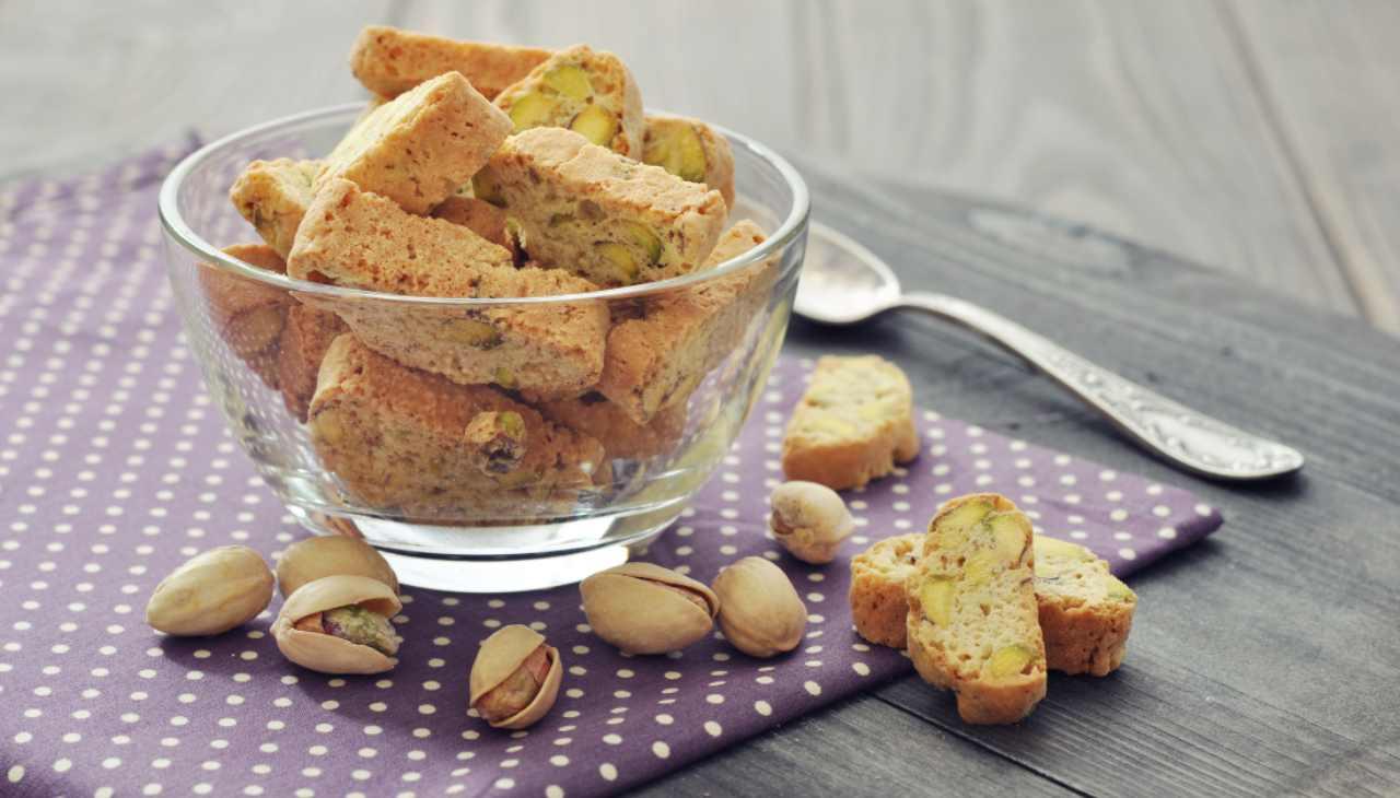 Biscotti salati con frutta secca
